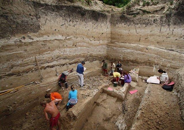 俄中兩國專家對俄羅斯舊石器時代遺址進行聯合考古