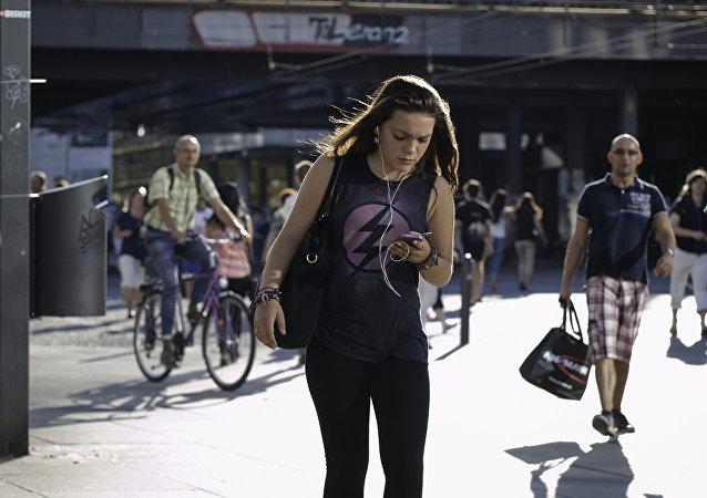夏威夷出台新法禁止行人過馬路玩手機