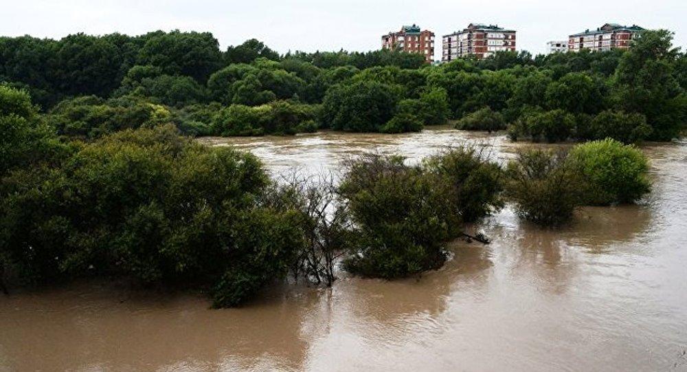 游客开始撤离俄滨海边疆区哈桑区遭暴雨被淹地区