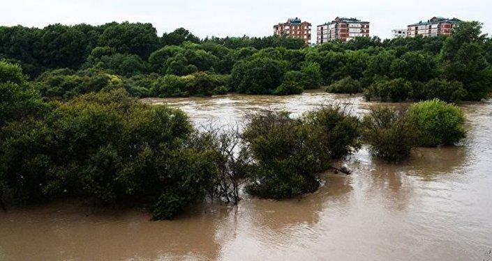 遊客開始撤離俄濱海邊疆區哈桑區遭暴雨被淹地區