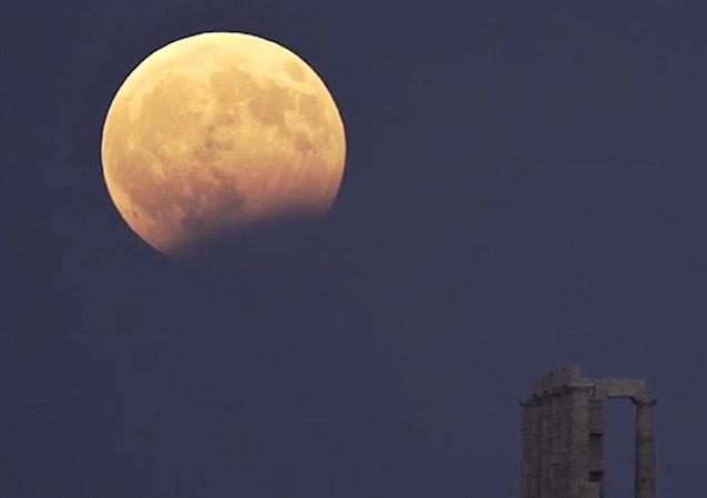 在月食期間月球上發現明亮閃光