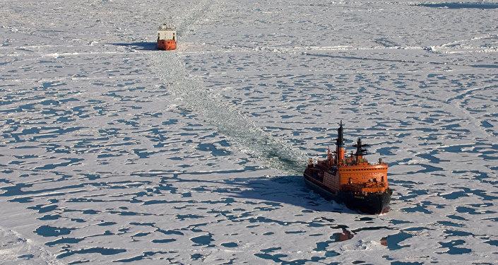 「俄羅斯」號破冰船破開冰層,緊隨其後的是載有考察隊員和兩艘深潛探測器的「費多羅夫院士」號科考船。