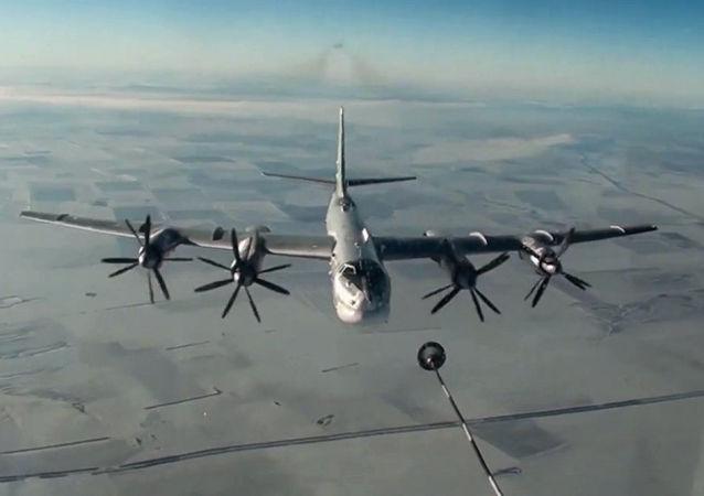 圖-95MS飛機進行空中加油演習