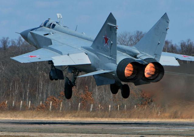 米格-31在演习中消灭假想敌直升机和无人机