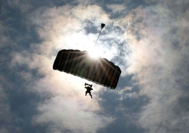 美軍在日舉行空投演習 一降落傘不慎落入工業區
