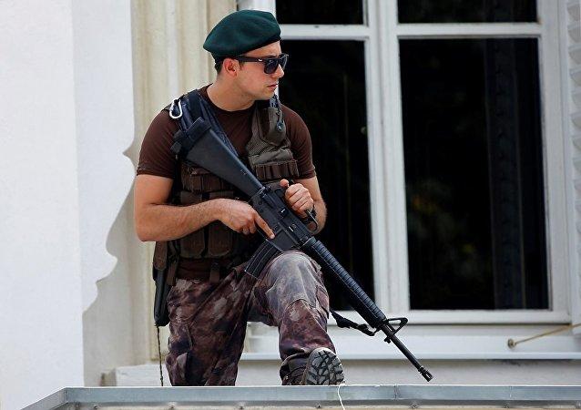 外媒:身份不明男子在伊斯坦布爾房頂上開槍射擊
