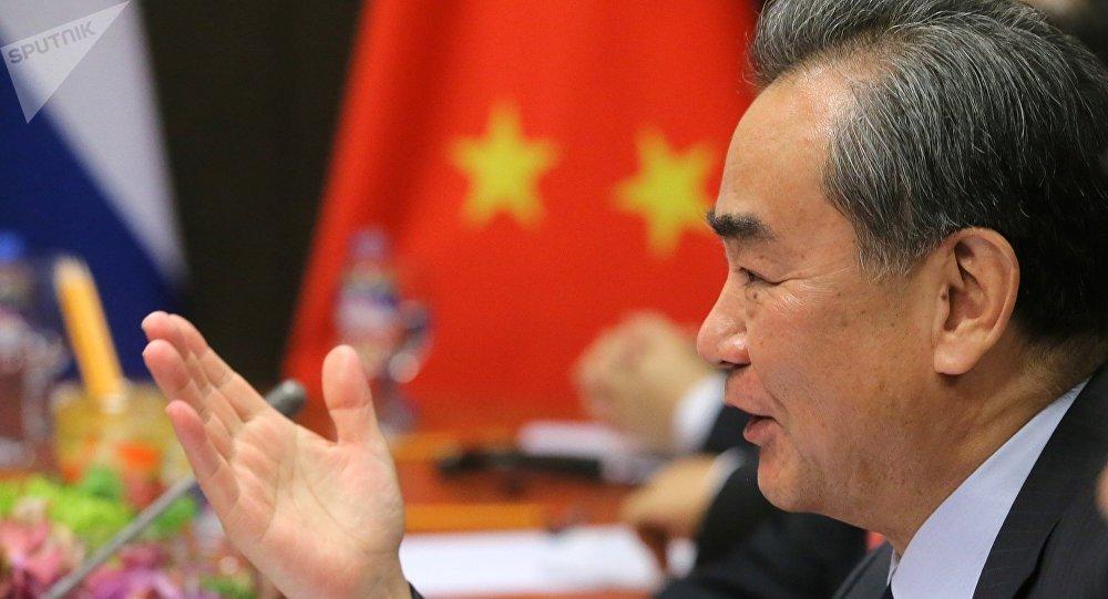 Министр иностранных дел Китая Ван И во время встречи на полях АСЕАН в Маниле с министром иностранных дел РФ Сергеем Лавровым