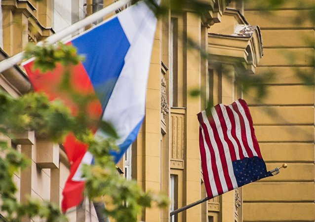 Флаги США и России на здании американского посольства в Москве