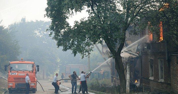 顿河畔罗斯托夫市私人民宅区住房起火  火势迅速蔓延