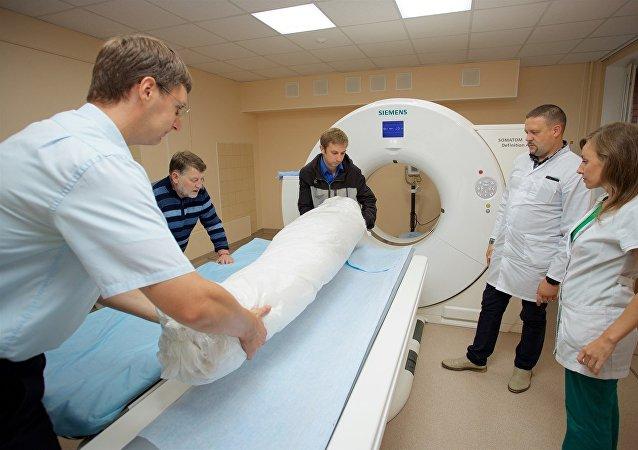俄医务人员对艾尔米塔什古埃及木乃伊进行CT扫描