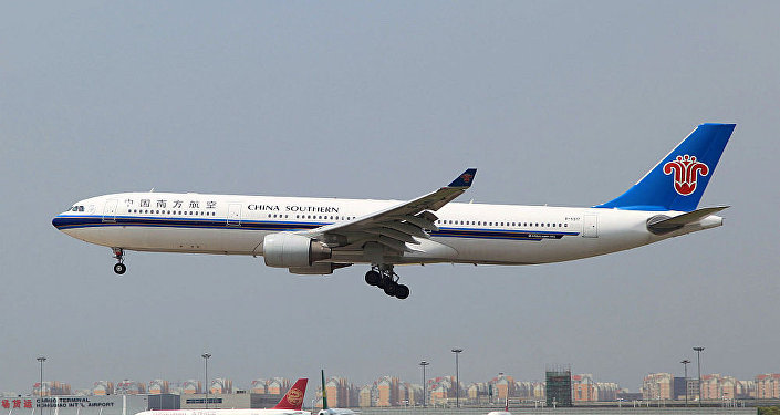 中國南方航空公司飛機在北京首都機場滑出起飛跑道