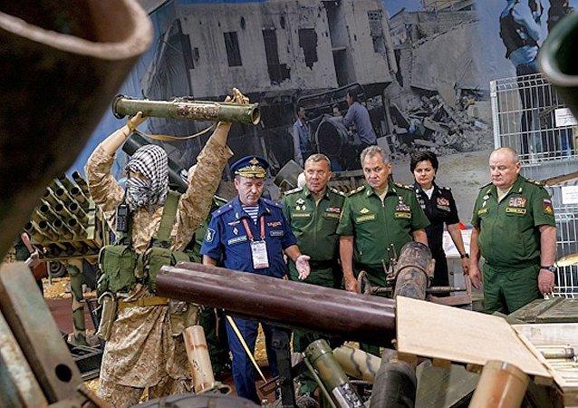 俄防長在「軍隊-2017」論壇期間參觀繳獲的敘武裝分子武器