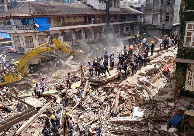 媒体:印度孟买居民楼坍塌死亡人数增至15人