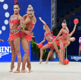 俄羅斯國家隊女運動員們利用三個球、兩個跳繩及五個體操環完成體操動作