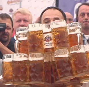 德国小哥一次端29个酒杯破世界纪录