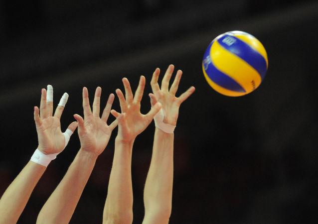 俄罗斯排球队在世界女排联赛比赛中战胜中国队
