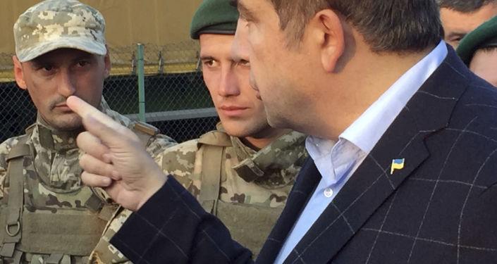 萨卡什维利在支持者簇拥下步行经过边检站进入乌克兰境内