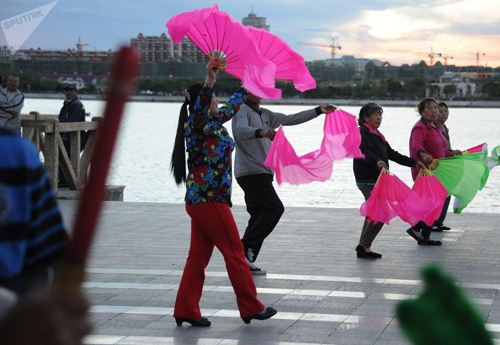 新规范将禁止随地吐痰、遛狗不牵绳、垃圾不分类投放、广场舞扰民以及男性赤膊光膀。