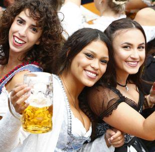 參加慕尼黑啤酒節的遊客