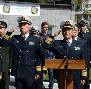 中國海軍副司令參觀符拉迪沃斯托克的伏羅希洛夫炮台