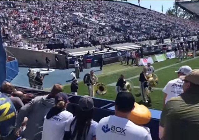 美国一名海军空降兵在表演期间一头撞到体育场墙上