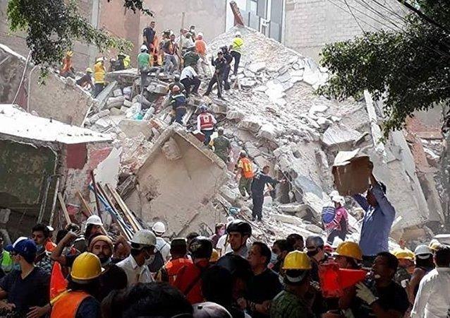 墨西哥总统称首都有50多名埋在废墟下的地震幸存者获救
