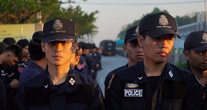 泰国三名戴手铐囚犯劫持囚车逃离法庭