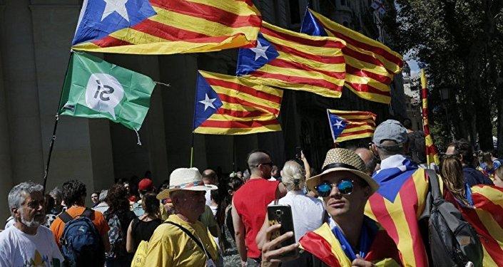 媒體:兩千人聚集巴塞羅那政府大樓前抗議搜查行動