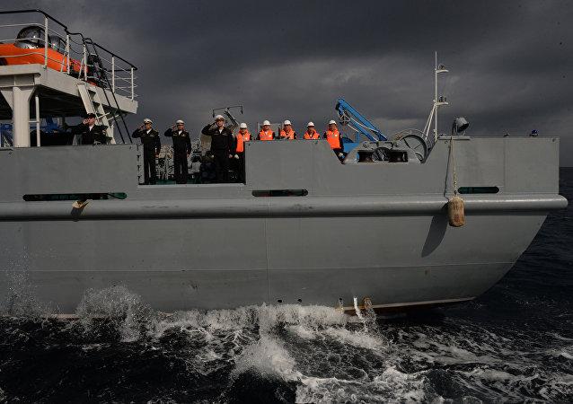 """俄中两国海军在联合演习中""""救助""""遇险舰船"""
