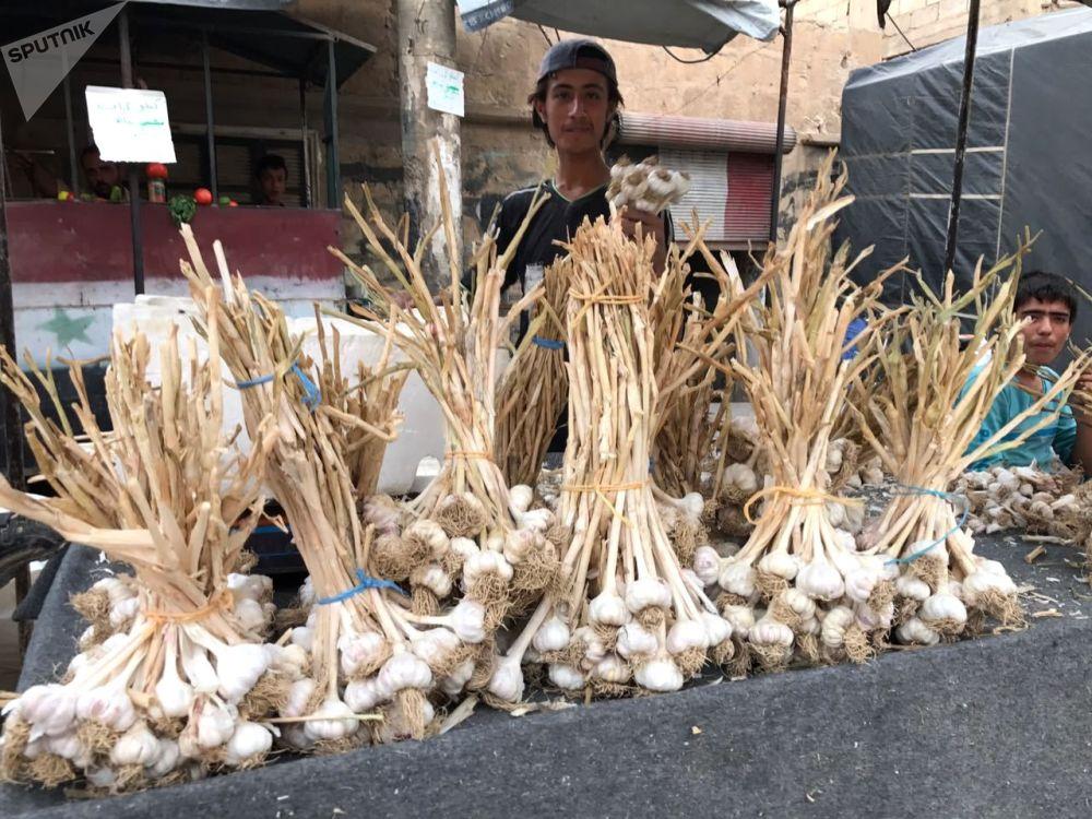 代尔祖尔一条街上卖蒜的小摊