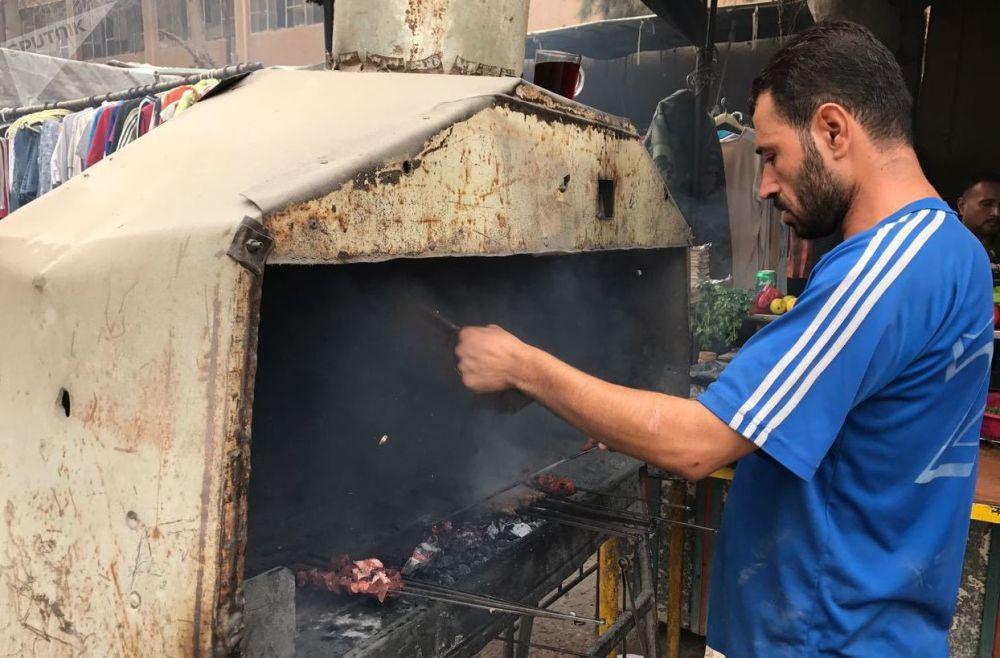 代尔祖尔一条街上的烧烤摊