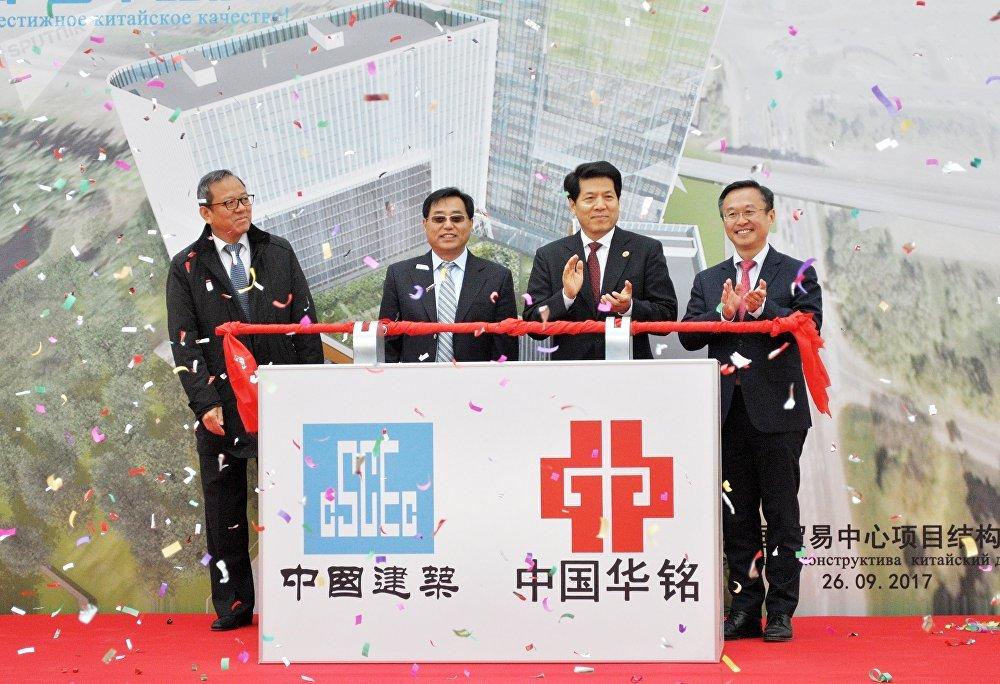 中国驻俄罗斯大使李辉与其他嘉宾共同放下象征着工程竣工的杠杆。