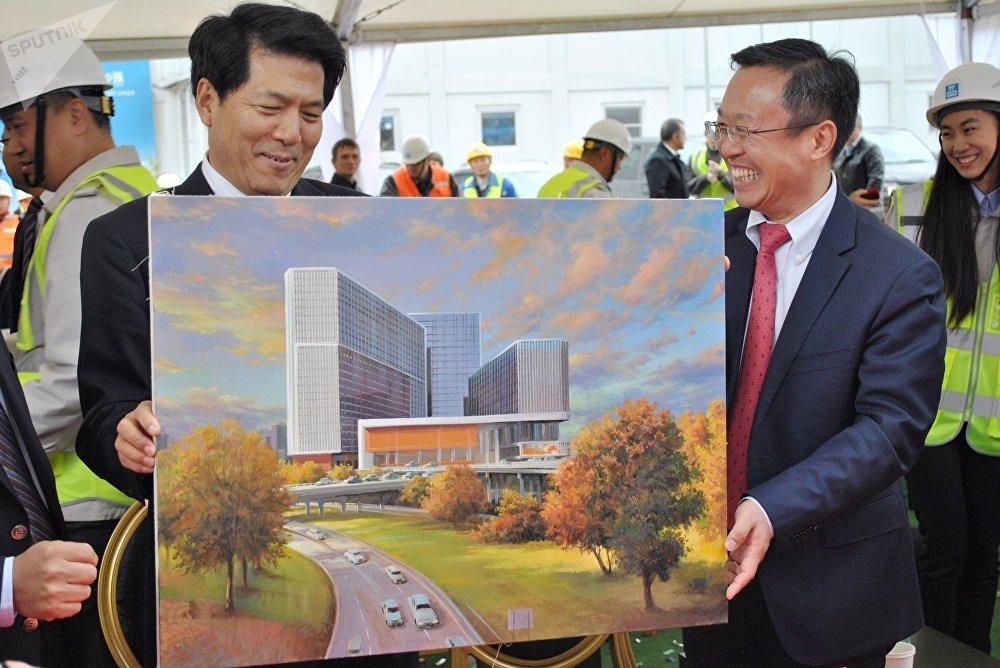 李辉获赠画有华铭园的礼物。