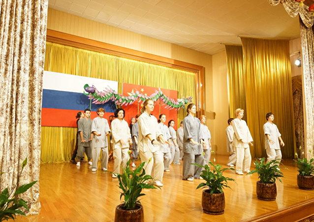 莫斯科气功功夫学校教师和学员们做了精彩表演