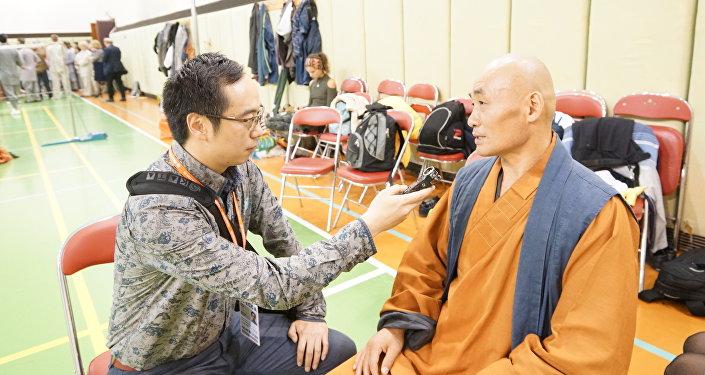 师傅释延彬接受了记者刘晶的采访