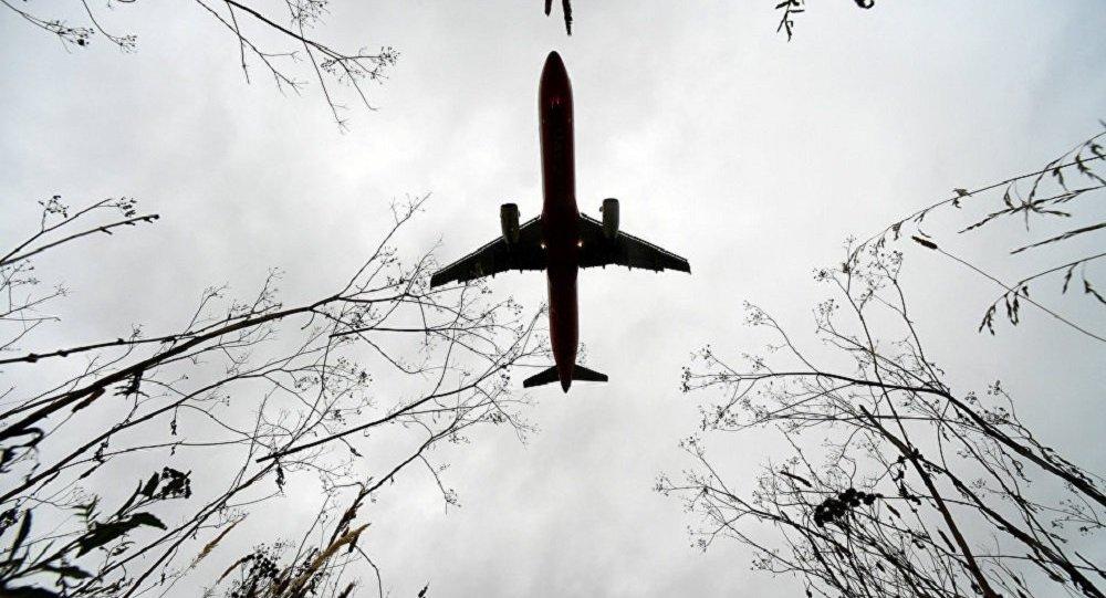 一架波音737-800型飛機因引擎故障在俄迫降