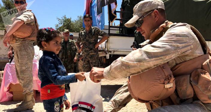 俄军在叙大马士革郊区分发逾5吨食品