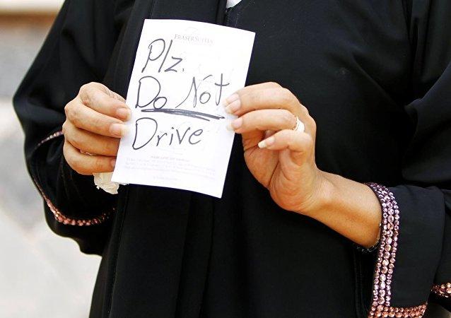 沙特警方拘留一名威脅要燒死駕車婦女的男子