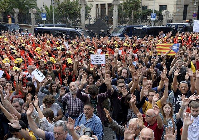 巴塞罗那市中心举行数千场集会抗议警方暴力行动
