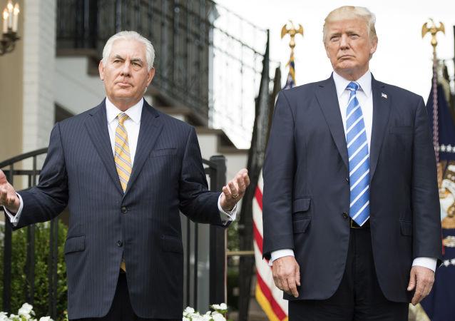 美国总统特朗普(右)和前国务卿蒂勒森