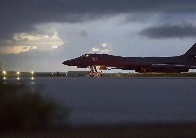 "B-1B""枪骑兵""(Lancer)轰炸机"