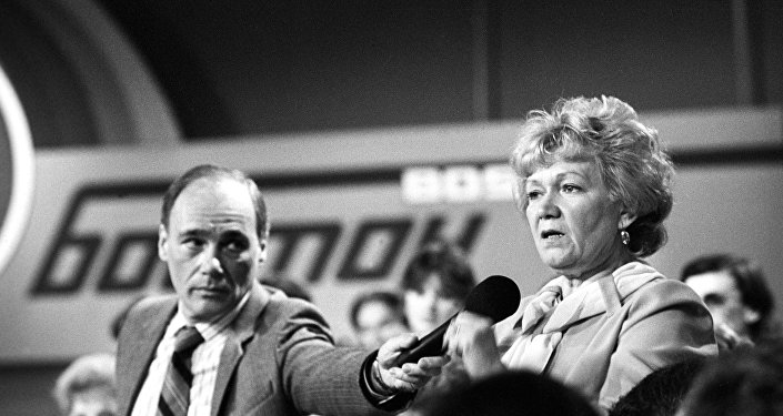 苏联电视记者弗拉基米尔﹒波兹涅尔与他的美国同事菲尔•唐纳修曾建立起了两国之间的电视卫星中转服务,并将其付诸实践