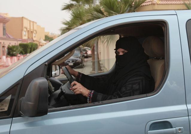 媒体:一名沙特阿拉伯女性在允许女性开车新令发布后驾车时死亡