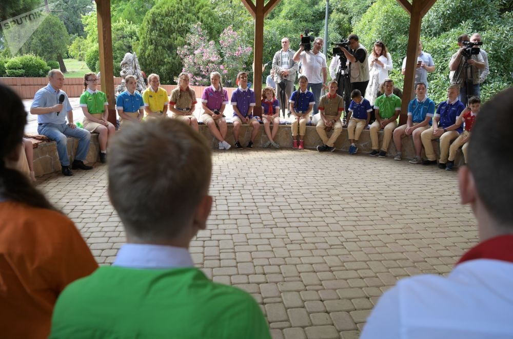 俄羅斯總統普京在克里米亞的阿爾捷克夏令營與孩子們交流。