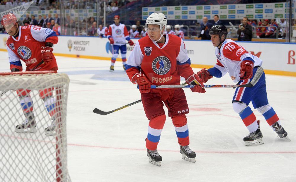 俄罗斯总统第六届全俄夜间冰球联盟大赛上。