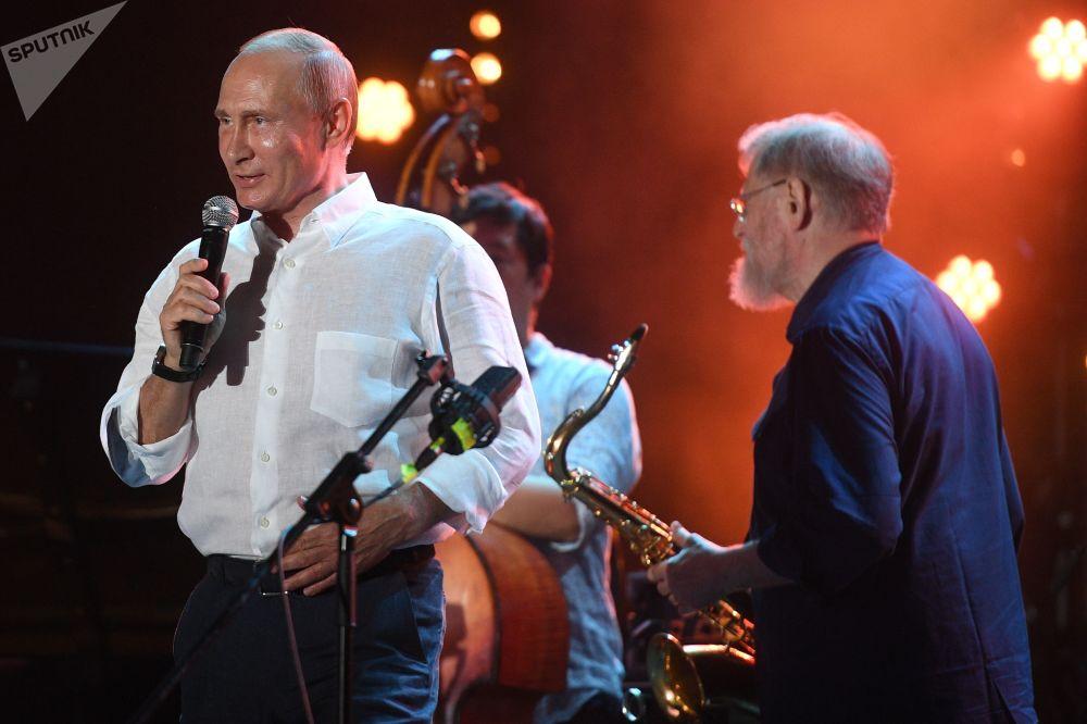 """俄罗斯总统普京在克里米亚出席了""""科克特贝尔爵士派对""""(Koktebel Jazz Party)国际爵士乐联欢节。"""