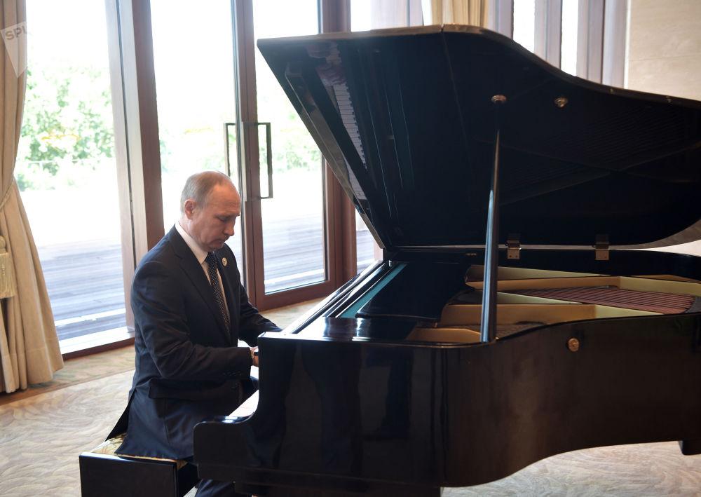 普京在一带一路国际论坛框架内的俄中双边会谈开始前弹钢琴。