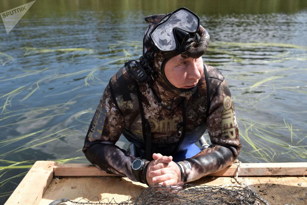 俄羅斯總統普京身穿潛水服在圖瓦共和國高山湖泊中潛到水下捕魚。