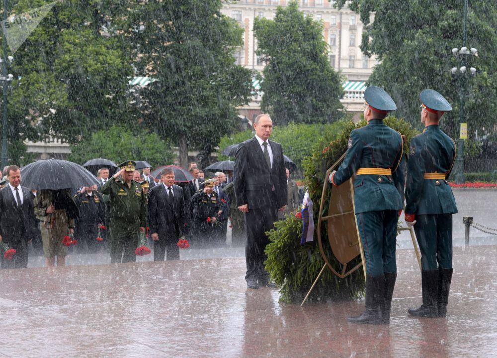 记念和哀悼日当天,俄罗斯总统普京和总理梅德韦杰夫向亚历山大花园的无名烈士墓敬献花圈。