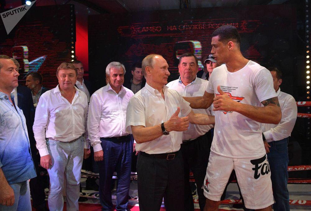 弗拉基米尔·普京在索契观看国际桑博格斗比赛。